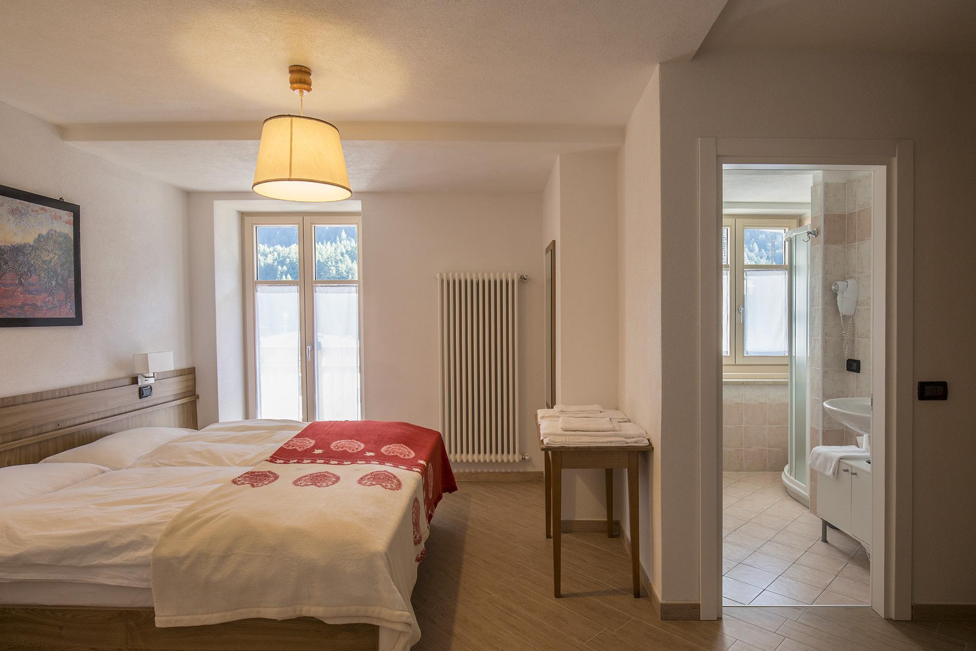Bilocale con balcone residenza alba for Bilocale arredato alba